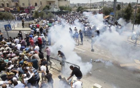 Thousands of Muslim worshipers riot on Temple Mount in Jerusalem